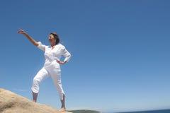 Kvinna som går upp en kull arkivbild