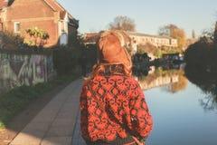 Kvinna som går vid kanalen Royaltyfri Bild
