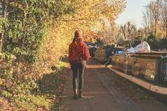 Kvinna som går vid kanalen Royaltyfria Foton