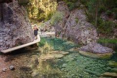 Kvinna som går vid Parrizalen i Beceite, naturreserv, Matarr royaltyfri foto