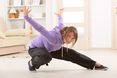 Kvinna som gör övning för chi för qi gongtai Arkivfoto
