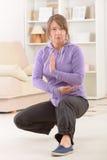 Kvinna som gör övning för chi för qi gongtai Arkivbilder