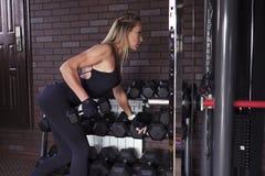 Kvinna som gör övning med hantlar royaltyfria foton