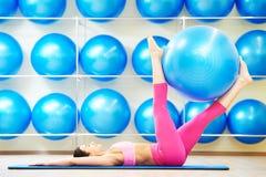 Kvinna som gör övning med konditionbollen Arkivfoto
