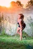 Kvinna som gör övningar Arkivbild