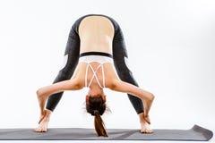 Kvinna som gör övningar på filten royaltyfri foto