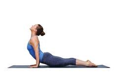 Kvinna som gör asana för hälsning för Ashtanga Vinyasa yogasol Fotografering för Bildbyråer