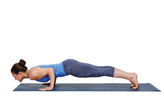 Kvinna som gör Ashtanga Vinyasa yoga Surya Namaskar Sun Salutation Royaltyfria Bilder
