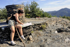 Kvinna som gör att fotvandra i den Cevennes nationalparken Arkivbilder