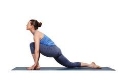 Kvinna som gör den Hatha yogaasanaen Anjaneyasana Arkivfoton