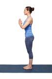 Kvinna som gör den Hatha yogaasanaen Tadasana Royaltyfria Foton