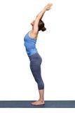 Kvinna som gör den Hatha yogaasanaen Tadasana Royaltyfri Foto