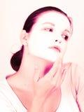 Kvinna som gör den kosmetiska maskeringen Arkivbilder