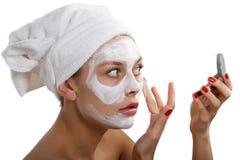 Kvinna som gör den kosmetiska maskeringen Royaltyfri Foto