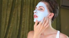 Kvinna som gör den kosmetiska maskeringen på hennes framsida Full HD 1920x1080 arkivfilmer