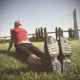 Kvinna som gör den utomhus- övningen Arkivbild