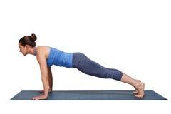 Kvinna som gör den Utthita för yogaSurya Namaskar Sun Salutation asana chaen Royaltyfria Bilder