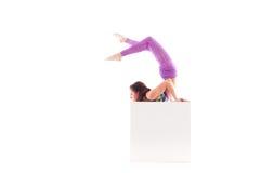 Kvinna som gör det akrobatiska tricket som isoleras på vit Royaltyfri Fotografi