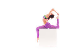 Kvinna som gör det akrobatiska tricket som isoleras på vit Arkivbild