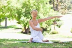 Kvinna som gör elasticiteter Royaltyfria Foton