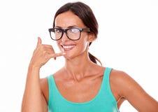 Kvinna som gör en gest att kalla på telefonen Arkivbilder