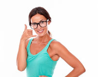Kvinna som gör en gest att kalla på telefonen Arkivfoto