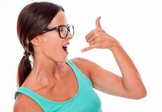 Kvinna som gör en gest att kalla på telefonen Royaltyfri Fotografi