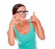 Kvinna som gör en gest att kalla på telefonen Royaltyfria Foton