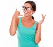 Kvinna som gör en gest att kalla på telefonen Royaltyfri Bild