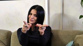 Kvinna som gör en gest med hennes hand som pekar fingret på dig Arkivfoto