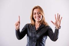 Kvinna som gör en gest numret sex Arkivbild