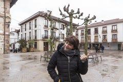 Kvinna som gör en trevlig gest i en fyrkant i en stad i Spanien Fotografering för Bildbyråer
