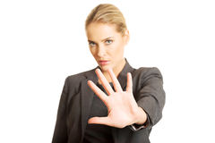 Kvinna som gör ett stopptecken med hennes hand Royaltyfria Bilder