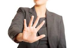 Kvinna som gör ett stopptecken med hennes hand Arkivbilder