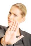 Kvinna som gör ett stopptecken med hennes hand Fotografering för Bildbyråer