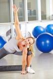 Kvinna som gör gymnastik i konditionmitt Arkivbilder