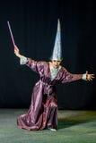 kvinna som gör magi på en mörk bakgrund Royaltyfri Fotografi