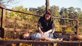 Kvinna som gör massagen för en man arkivfilmer