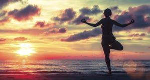 Kvinna som gör meditation nära havstranden Royaltyfri Fotografi