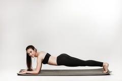 Kvinna som gör plankan Royaltyfri Fotografi
