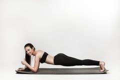 Kvinna som gör plankan Royaltyfria Foton