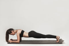 Kvinna som gör plankan Arkivfoto
