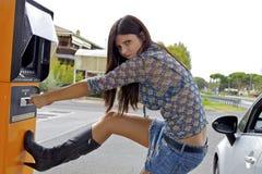 Kvinna som gör roliga framsidor som får stal pengar Fotografering för Bildbyråer