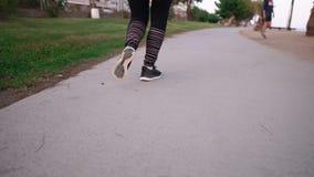 Kvinna som gör sporten som är utomhus- på en strand stock video