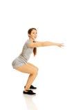 Kvinna som gör squats Royaltyfri Foto