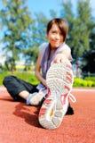 Kvinna som gör sträcka övning Arkivbild