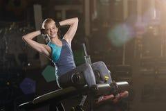 Kvinna som gör styrkaövningar för absmuskler Royaltyfri Bild