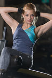Kvinna som gör styrkaövningar för absmuskler Royaltyfria Foton