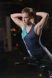 Kvinna som gör styrkaövningar för absmuskler Royaltyfri Foto