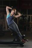 Kvinna som gör styrkaövningar för absmuskler Royaltyfri Fotografi